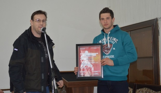 Sanin Kanlić ( desno) sa nagradom